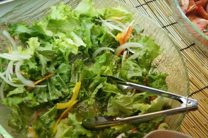 サラダを取り分けるトング