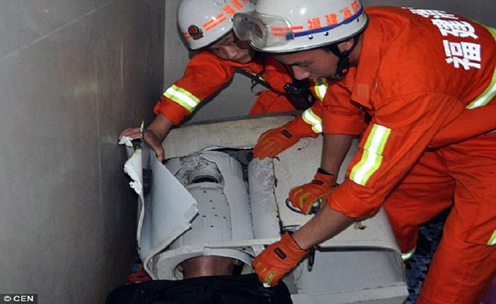 Chinese-Guy-Gets-Head-Stuck-Inside-The-Washing-Machine (4)
