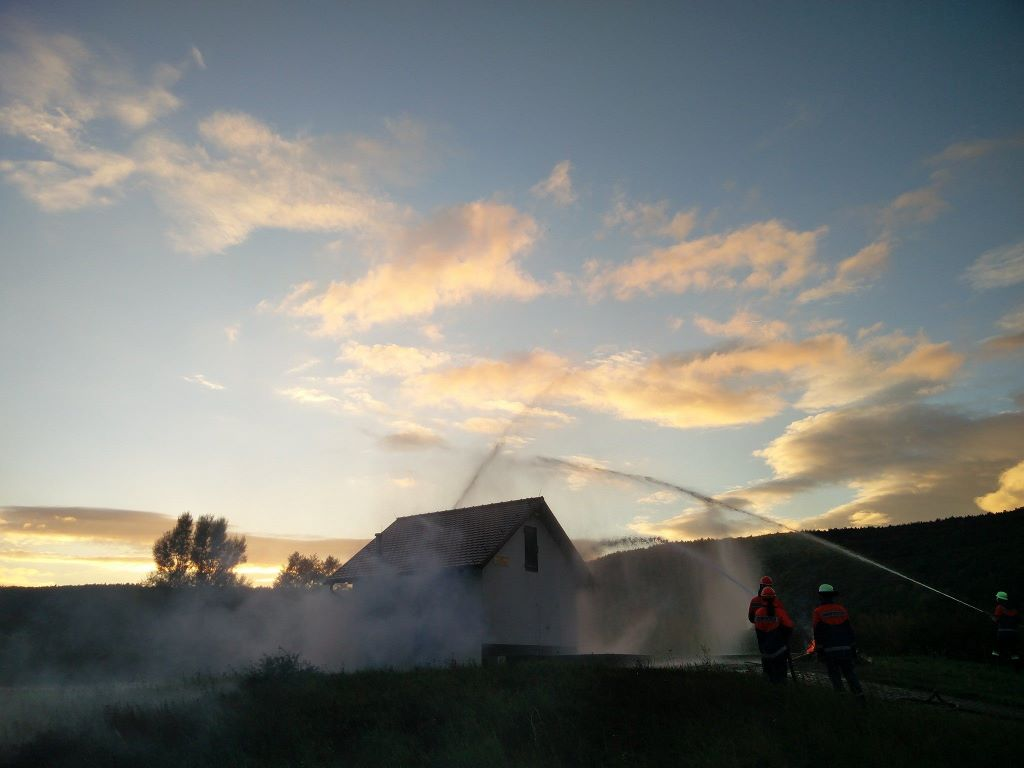 Vollbrand des Wasserhäuschens am Hohner Ortseingang mit einer weiteren Brandstelle vor dem Gebäude...