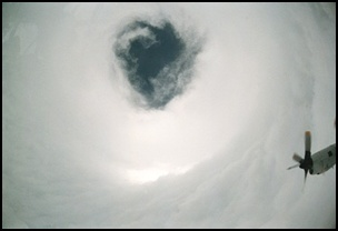 taifu16 【画像】台風を上空から見たら想像以上にビビる件!台風の驚異!台風の目