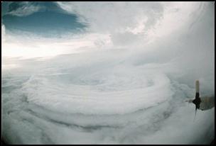taifu2 【画像】台風を上空から見たら想像以上にビビる件!台風の驚異!台風の目