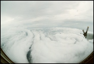 taifu6 【画像】台風を上空から見たら想像以上にビビる件!台風の驚異!台風の目