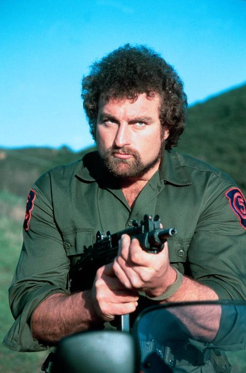 """Jako ciekawostkę dodam, że powyższy odpowiednik B.A. Baracusa, to John Matuszak (tutaj wcielający się w postać Nicka Kowalskiego, szalonego sapera). Dokładnie ten aktor zagrał postać Lotney'a """"Sloth"""" Fratelli w filmie """"Goonies"""" (nie pamiętacie """"Slotha""""? Wujek Google przypomni, hehe)."""
