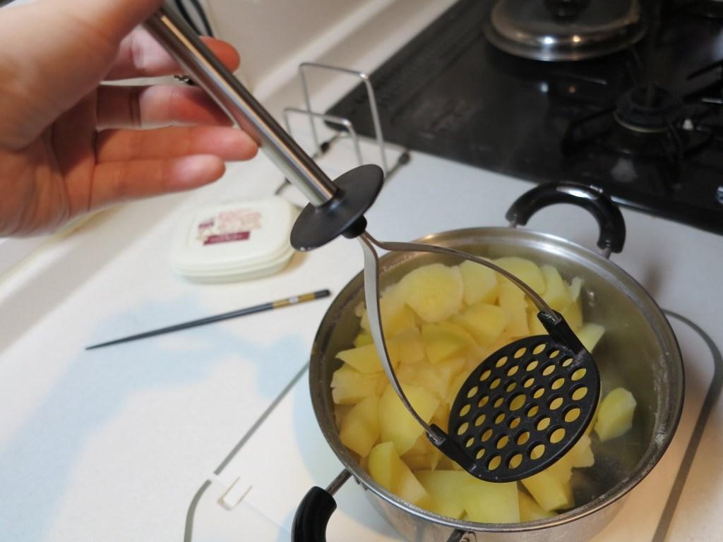 フィンランド料理に必須な付け合わせ!マッシュポテトの作り方(ゆであがったイモをつぶす)