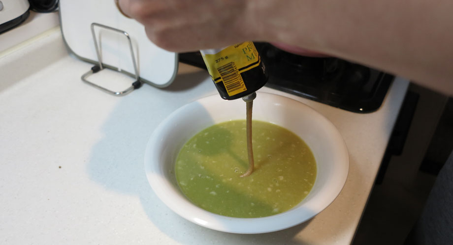 フィンランド人がこよなく愛する豆のスープ。最後にマスタードを投入。