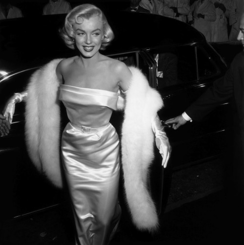 Marilyn-Monroe-1954-silk-tight-dress-fur-stole