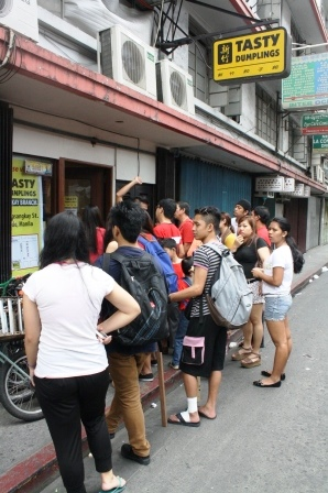 When we went out, the people outside waiting were already this many.