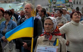 People gather during a rally in Independence Square in Kiev, Ukraine, Sunday, June 15, 2014. Ukraine's new president declared Sunday a day of mourning and vowed to punish those responsible after pro-Russia separatists shot down a Ukrainian military transport plane, killing all 49 crew and troops aboard. (AP Photo/Sergei Chuzavkov)