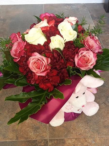 Ramos de rosas y peluche