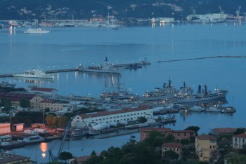 Una suggestiva immagine notturna dell'Arsenale di La Spezia