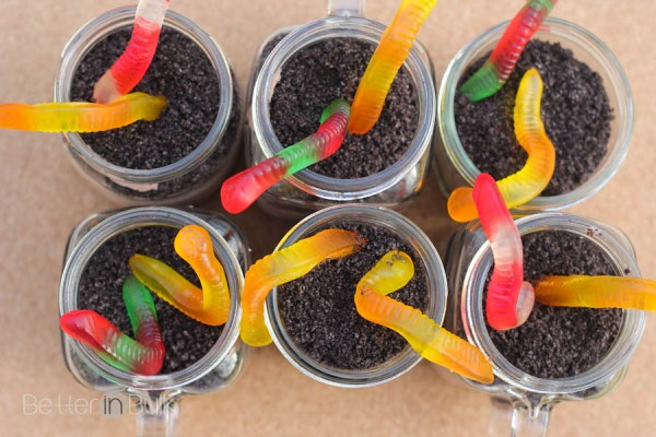 "Mason Jar Dirt Pudding with Oreo ""Dirt"" and Gummy Worms"