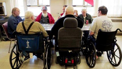 ancianos en silla de ruedas