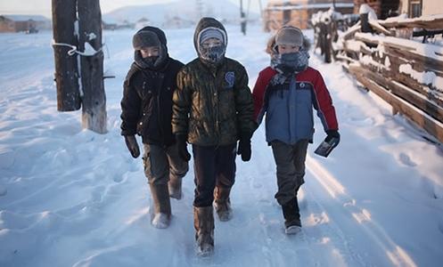 ninios caminando en la nieve