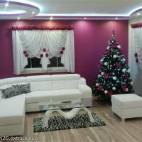 piękny salon, bordowe ściany ozdobny sufit podwieszany z oświetleniem diodowym