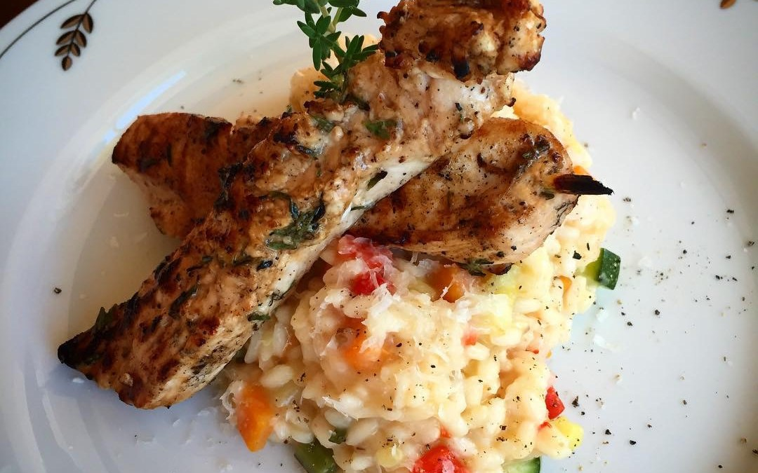 Krämig grönsaksrisotto med grillade kycklinspett.