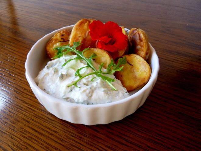 Knusprige Ofenkartoffel Kapuzinerkresse Kräuter Dip 2