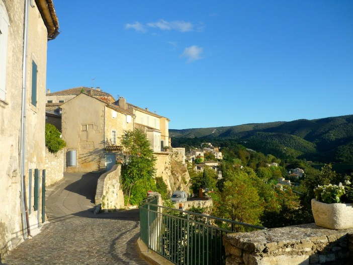 The winding streets of Ménerbes © French Moments