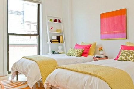 wohnideen leiterregal und dekoartikel schlafzimmer lebhaft farben betten