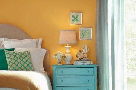 farbgestaltung schlafzimmer farbideen gelbe wandfarbe nachttisch t%c3%bcrkisblau