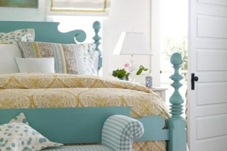 schlafzimmer gestalten farbideen wandfarbe wei%c3%9f bettpfosten mintgr%c3%bcn ottomane