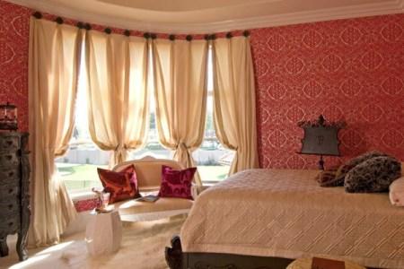 farbideen schlafzimmer einrichten rote tapeten bett gardinen