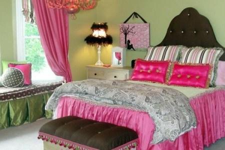 wohnideen farbideen schlafzimmer rosa akzente kronleuchter bett
