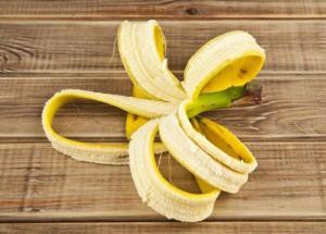Банановая шкурка в помощь  цветоводам ...