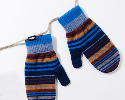 Holt Renfrew has teamed up Pal Smith to make some very classy mittens for a very good cause.