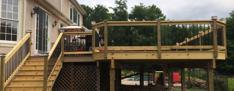 Rabolt-Wood-Deck-with-Black-Balusters-and-Sola-Caps