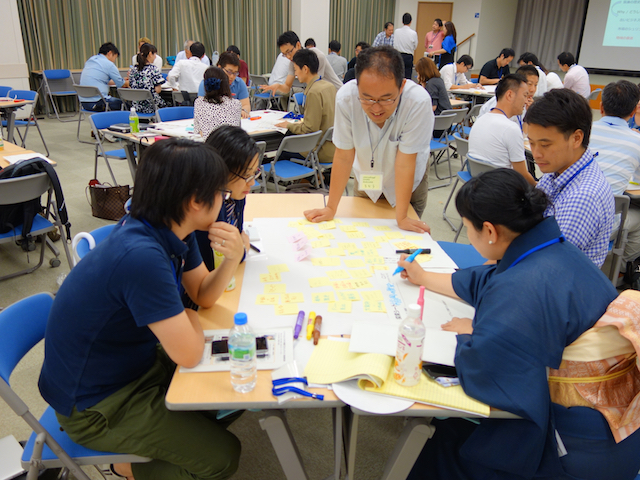 Hiroshi Tamura, the co-founder of Re:public offers research guidance to participants of ISF's very first workshop during the 'Uncover' phase.