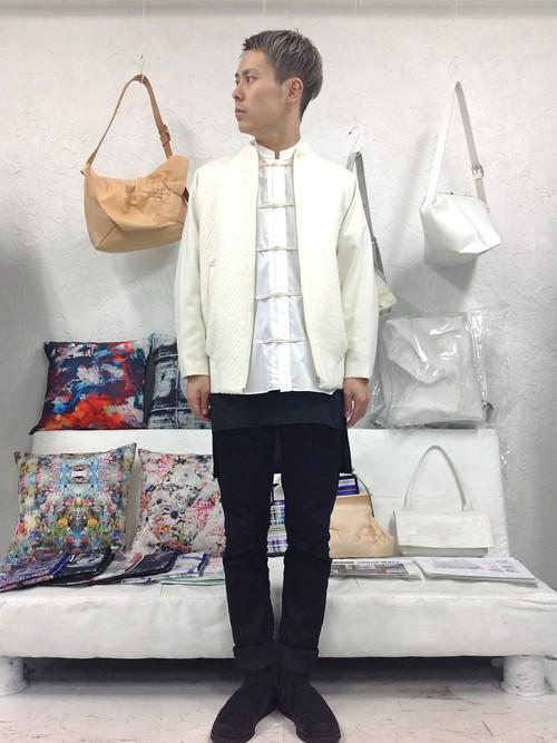 白MA-1×黒パンツを合わせた春夏モノトーンメンズコーデ
