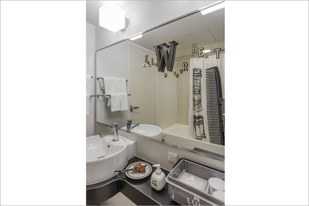 journal standard Furnitureプロデュースのホテルルームバスルームショット