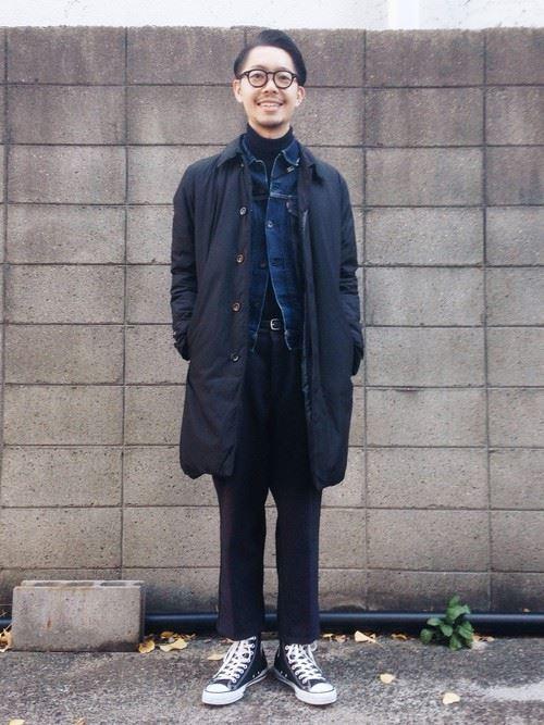 ブラックカラーのコーディネートにデニムジャケットを差し込んだメンズの着こなし