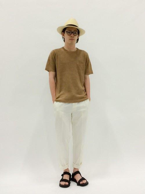 Tevaサンダルと白パンツのメンズコーデ画像