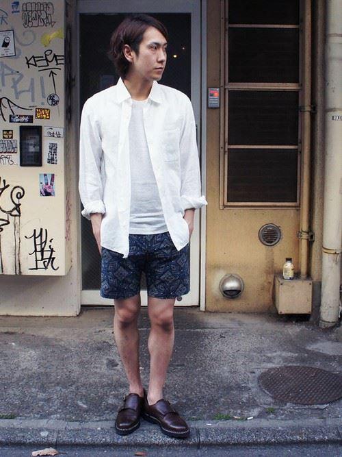 柄ショートパンツと白シャツのメンズコーディネート