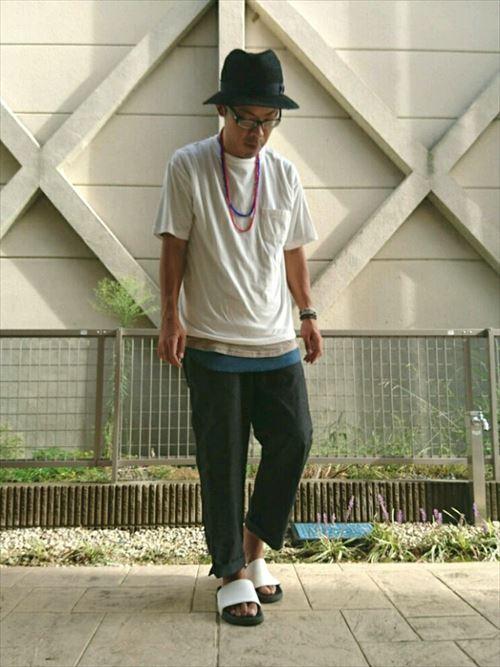 流行のロング丈Tシャツ・タンクトップを着こなした春夏メンズコーディネート画像8