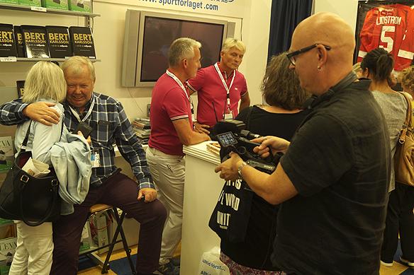 Bert lyssnar på sina beundrare - samtidigt som allt dokumenteras av ett film team som följer Bert Karlsson under bokmässan 2016. Foto: Peter Ahlborg