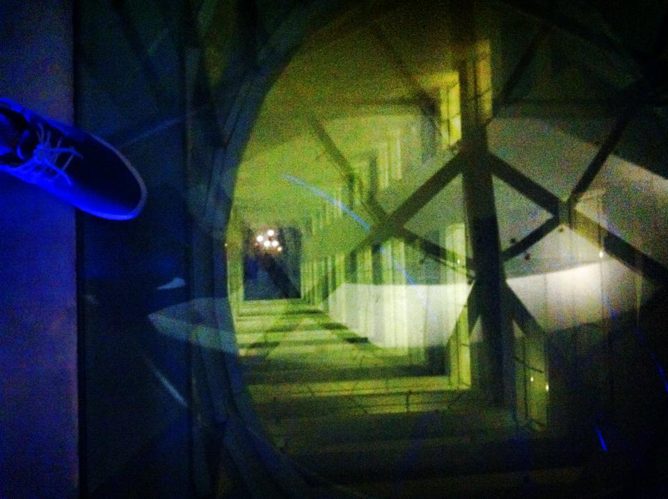 プラカノンのガラスの橋から下を見下ろす