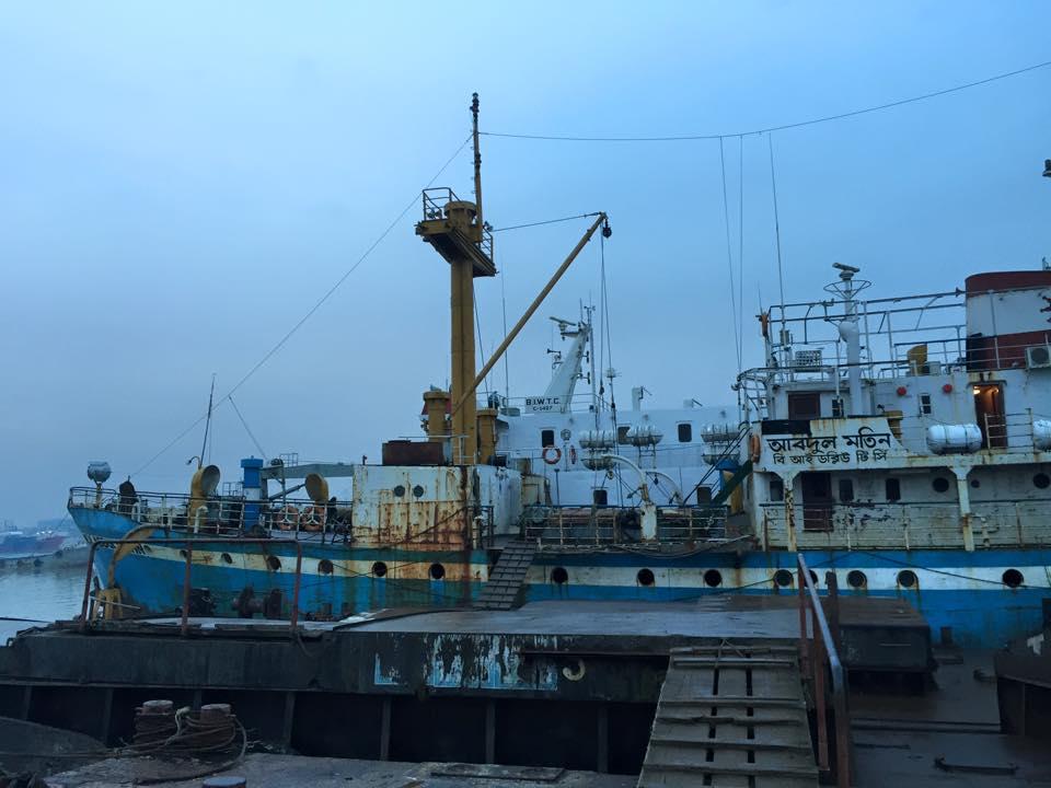 チッタゴン港に停泊する船