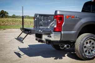 All-new 2017 Ford F-Series Super Duty offers remote tailgate lock and release, which allows the tailgate to be opened with the key fob – for improved convenience and security. The tailgate is damped, so it gently drops down to a flat position when opened.