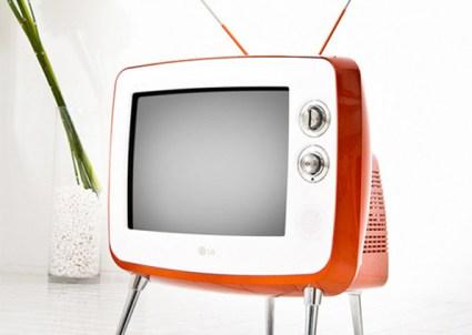 TV retrô exibe imagens em cores, preto e branco ou sépia