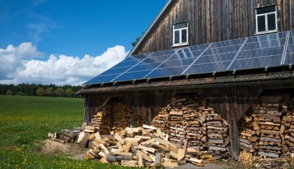 Solardach und Brennholz bei Scheune