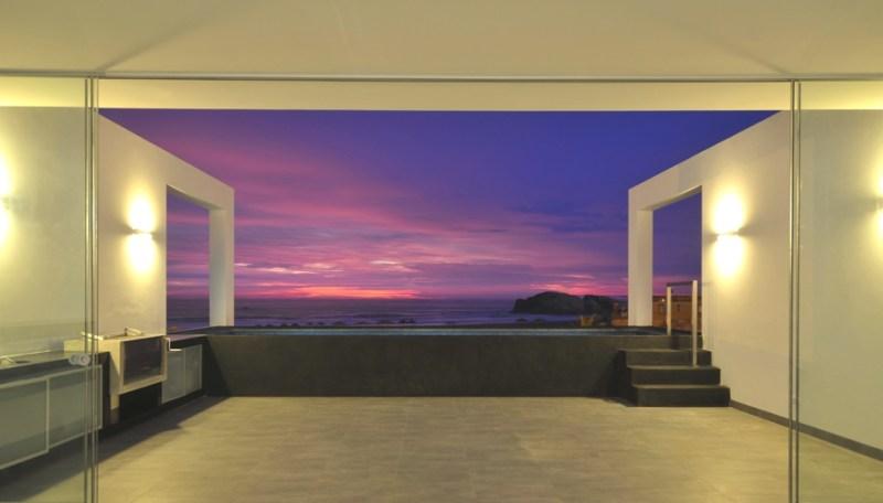 Пляжный дом у подножия скалы от Artardi Architects в Лос-Палмейрасе, Перу