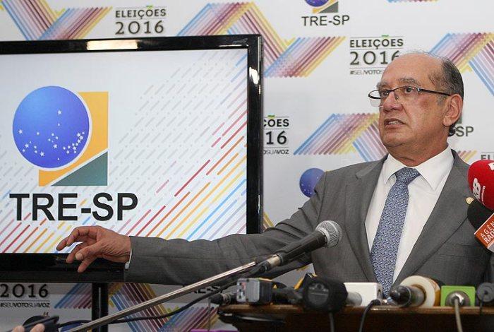 O presidente do TSE, Gilmar Mendes, durante entrevista coletiva neste domingo