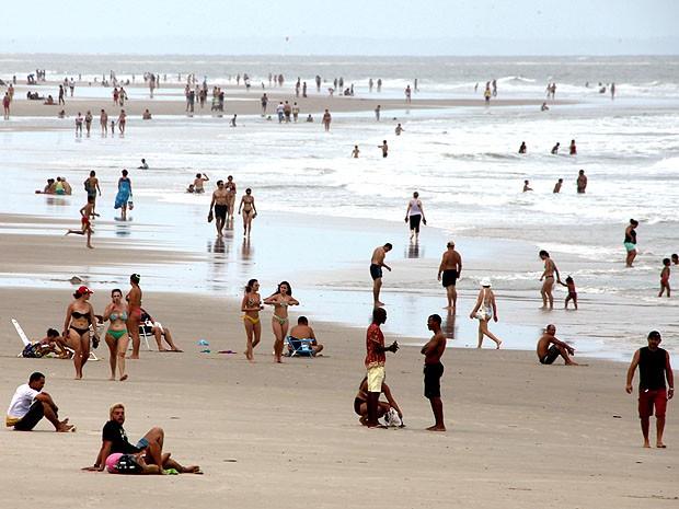 Com a despoluição, banhistas voltam às praias de São Luís. Foto: Biné Moraes/O Estado