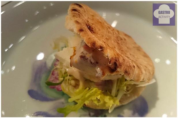 Hamburguesa de tomate y albahaca, mozarella y salsa de yogurt de soja con pan de pita en el brunch de Samantha Vallejo-Nagera