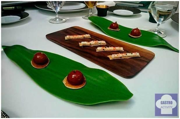 Blinis de aguacate, tomate y pan de anchoa y Cocas de queso azul