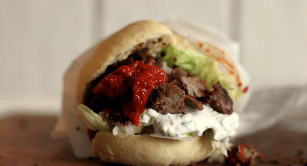 Hjemmelavet pita kebab med chili og purløg