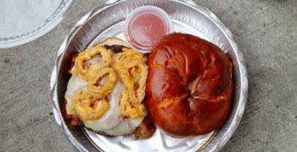 Black Oak Arkansas - Rødvins BBQ-sauce, bacon, lagret hvid Cheddar, og Alpha King Battered Fried Shallot Rings (det ville næsten være synd at oversætte til dansk).
