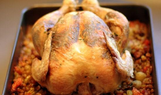 Helstegt kylling med ramsløgpesto og puylinser